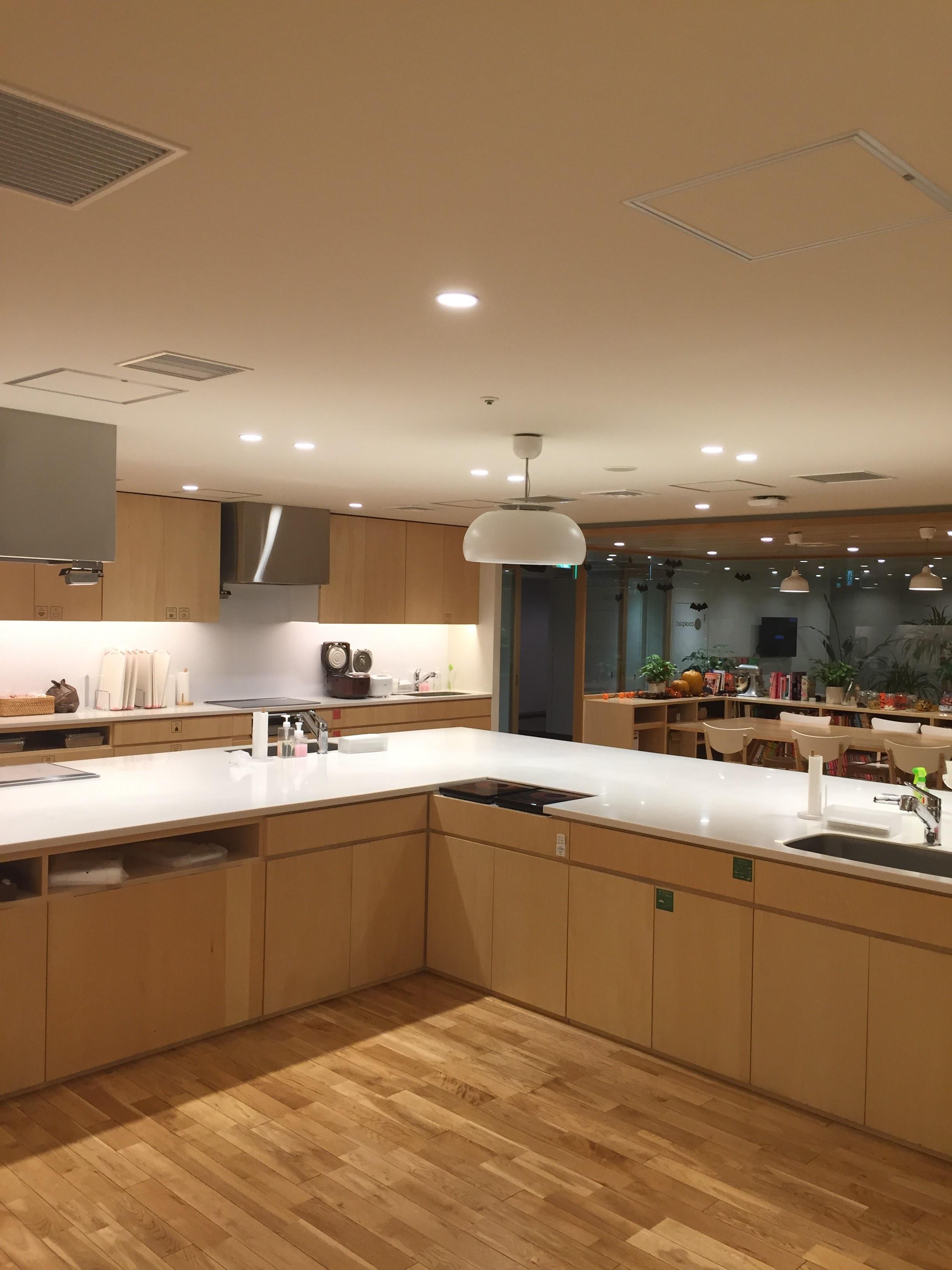 こっちは社員さん用のキッチン。一度に30人以上が料理できるそうです。